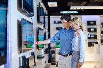 Ein Paar beim Fernseher kaufen