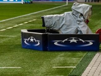champions league rechte - TV Kamera auf Fussballfeld