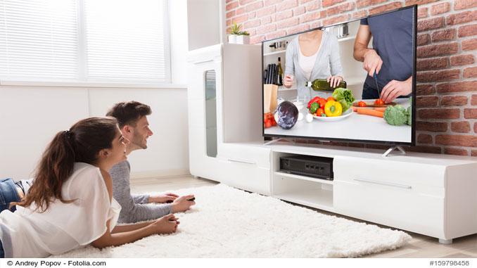 frau-und-mann-gucken-tv