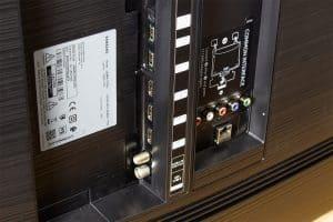 Samsung RU7379 - Anschlüsse von der Seite
